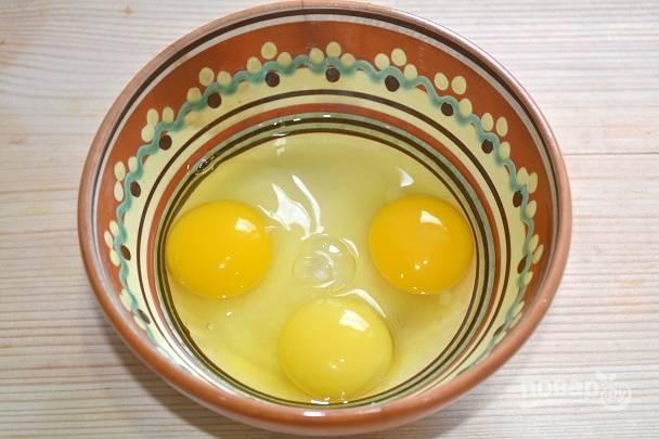 3. Вбейте в миску к сахару яйца.