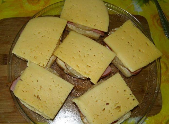 Накрываем все тонким ломтиком сыра.
