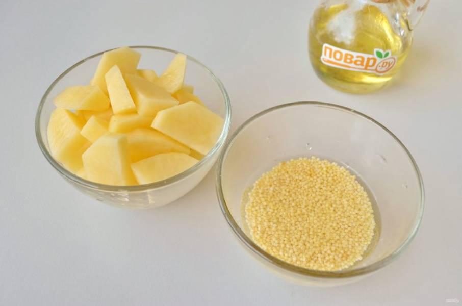 4. Промойте тщательно пшено, очистите и порежьте картофель.
