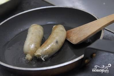 Обжаренную колбасу отправляем в духовку, разогретую до 150 градусов на 30 минут.