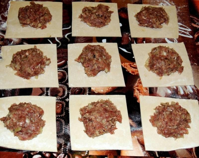 3. В центр каждого кусочка теста выложите начинку. Не жалейте, самса из слоеного теста с фаршем в домашних условиях должна содержать достаточно мяса.