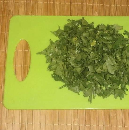 2. Зелень и чеснок моем и измельчаем любым удобным вам способом. Чеснок я перетираю через пресс. Масло топим на водяной бане и смешаем с измельченными ингредиентами.