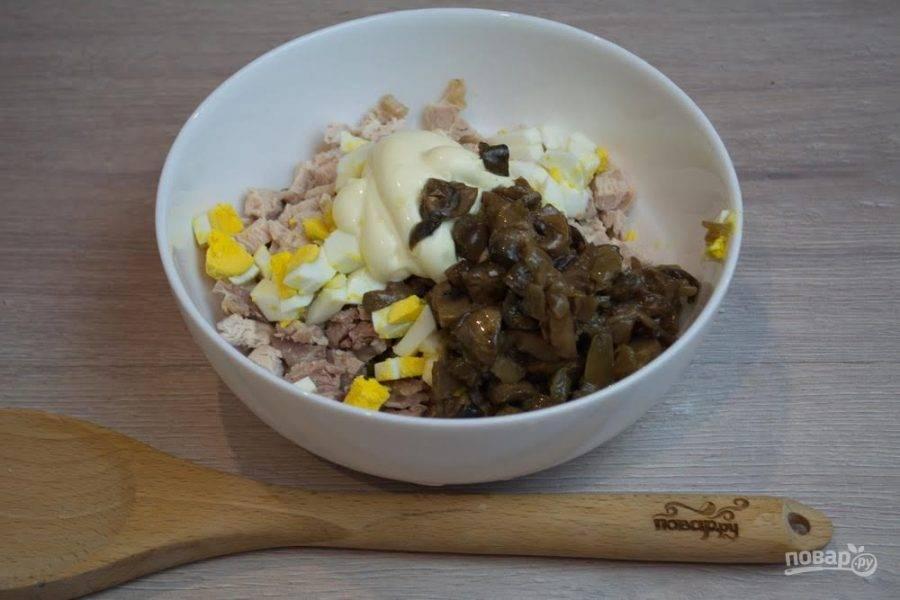 4. К прочим продуктам салата добавьте обжаренные или маринованные грибы. Можно даже испльзовать несколько видов грибов.