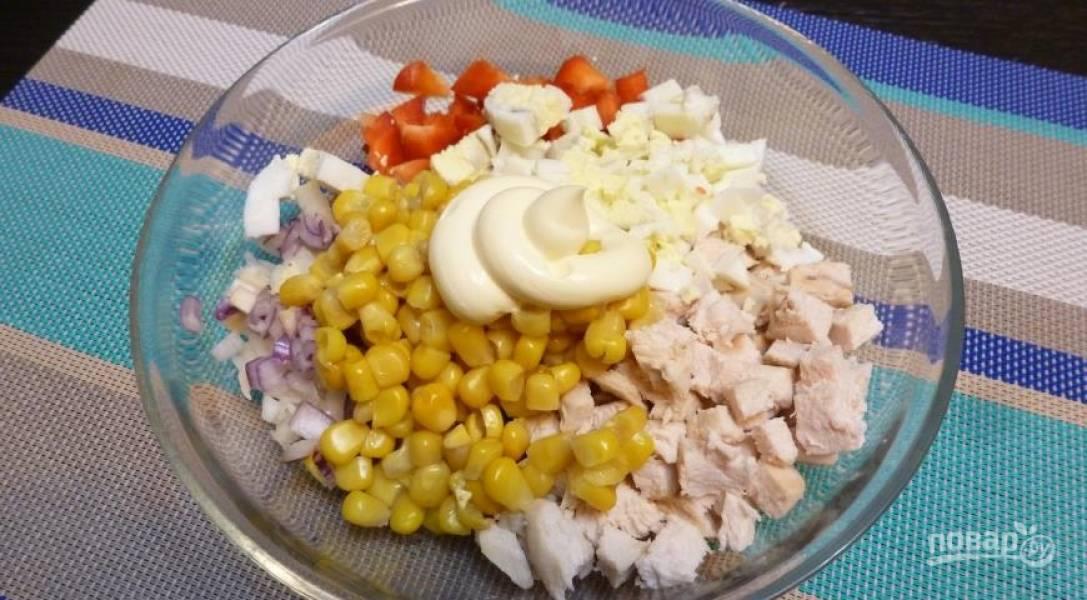 Яйца отварите вкрутую. Затем нарежьте их и добавьте к уже подготовленным ингредиентам вместе с майонезом и кукурузой.