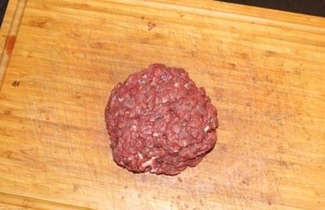 После всех наших стараний получаем вот такой отбитый кусок рубленой говядины, из которого пришла пора формировать бифштекс. Но перед этим нам необходимо нагреть духовку до 180-200 градусов, чтобы довести наш бифштекс до требуемой степени прожарки.