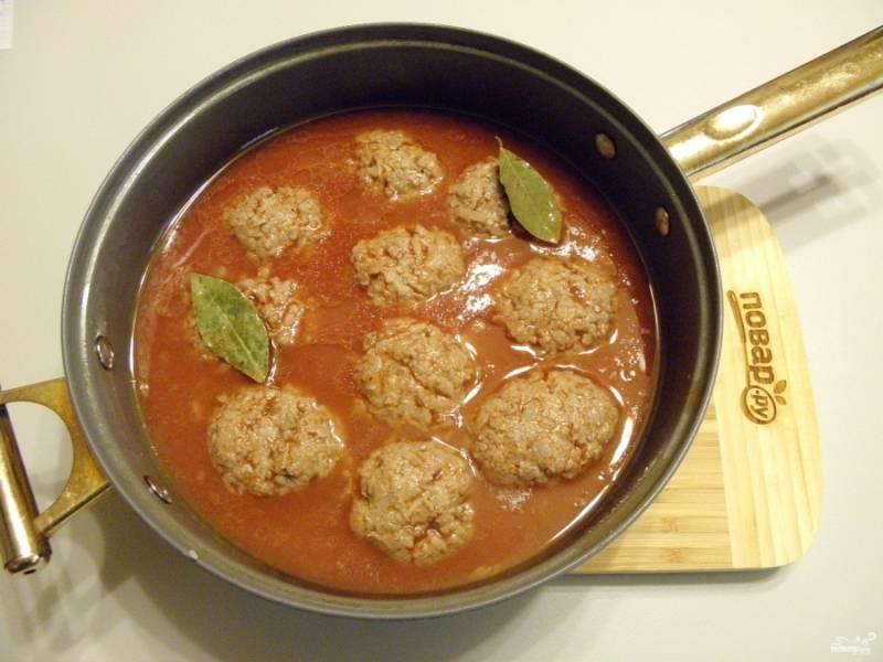 Обжаренные тефтели залейте томатный соусом и поставьте тушиться на медленный огонь (с момента закипания — на 40 минут).