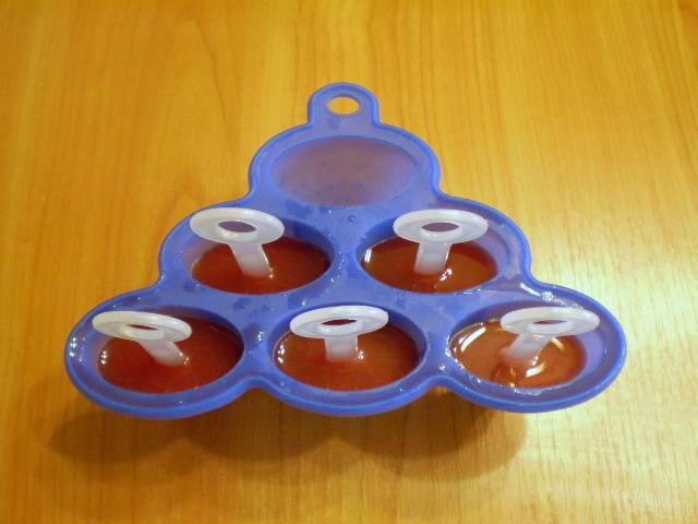 4. Разливаем сок по формам. Ставим палочки. Отправляем в морозильную камеру на несколько часов.