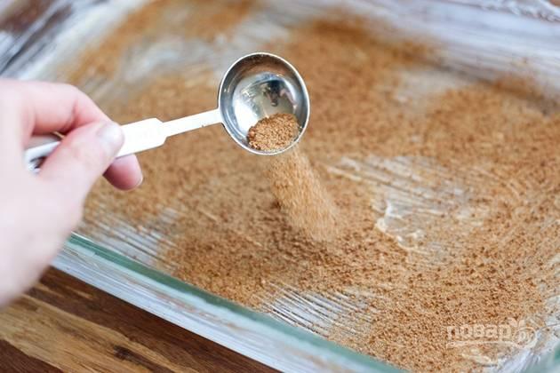2. Форму смажьте сливочным маслом и присыпьте сахаром.