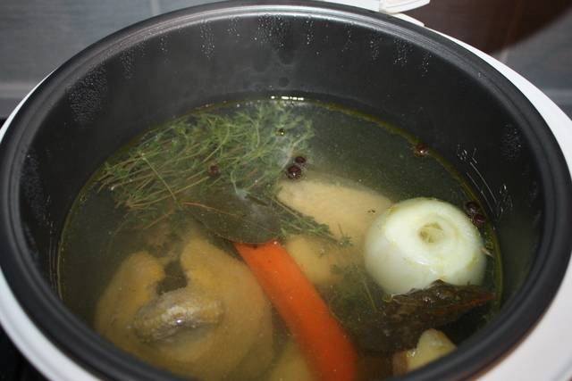 3. Пробуем на вкус, и по мере надобности добавим еще больше зелени, овощей и специй. Ждем окончания готовки.