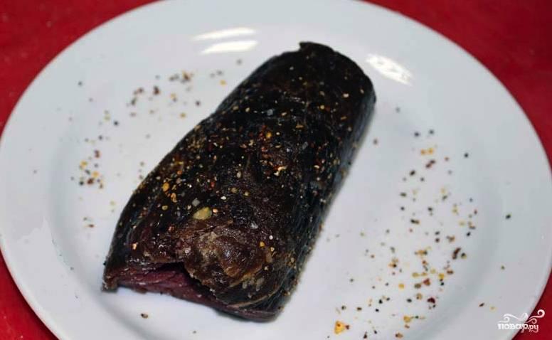 Говяжью вырезку обмойте, просушите и слегка отбейте. Ветчину или шпик нарежьте длинными  брусочками толщиной около сантиметра. Заверните брусочки в говядину, соорудив рулетик. Этот рулетик натрите солью, смесью перцев и корицей. Обжарьте его на сковороде с растительным маслом до золотой корочки, а затем запеките в духовке 25 минут при 180 градусах.