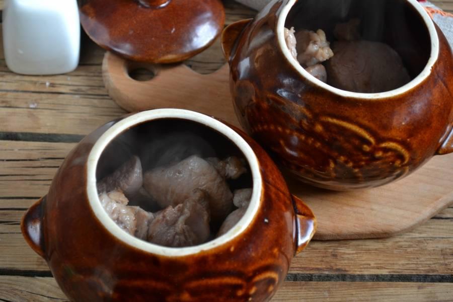 5. Горшочки ошпарьте кипятком, на дно выложите обжаренную свинину.