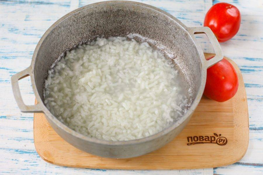 Вскипятите в казане или кастрюле 300 мл. воды, промойте рис и выложите крупу в кипящую воду. Отварите в течение 12 минут, затем, накройте емкость крышкой, выключите нагрев и дайте рису пропариться.