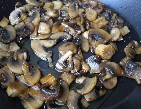 2. Нарезаем шампиньоны вдоль или на 4-6 частей. Отправляем их жарится на сковороду.