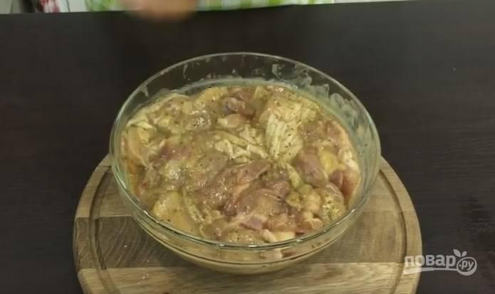 5. Поочередно окунаем в емкость с маринадом каждое бедрышко. Оставляем их мариноваться под пищевой пленкой на 10 минут. Конечно, чем дольше мясо простоит, тем мягче и сочнее оно получится в итоге.
