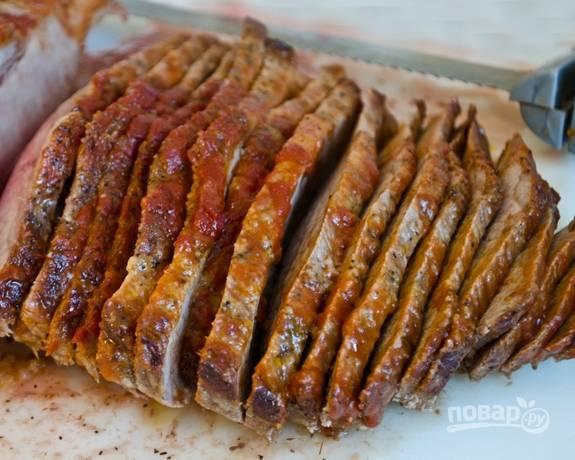 7. После этого говядину нарежьте слайсами. В противень влейте пару столовых ложек воды.