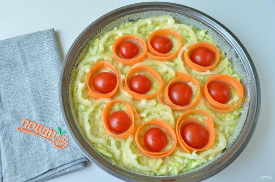 6. Укладывайте на тесто овощи, как вам нравится, я положила помидорчики, вокруг – ленточки моркови, между ними – болгарский перчик.