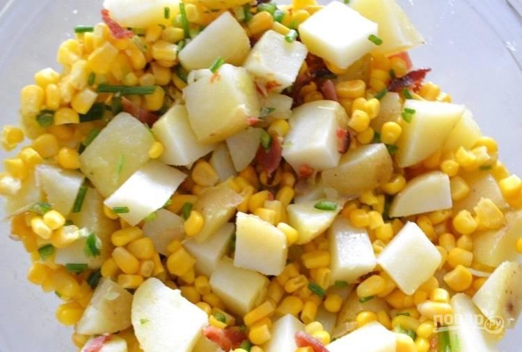 5.Добавьте к картофелю бекон, кукурузу консервированную, измельченный перец, половину необходимого количества измельченного зеленого лука, чесночный порошок, перемешайте.