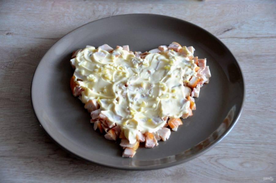 Смажьте слой курицы майонезом, сверху посыпьте мелко нарезанный чеснок.