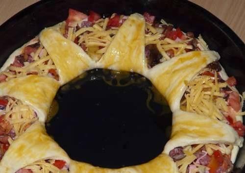 Завернуть надрезанные края теста из центра на начинку и смазать желтком. Выпекать в разогретой до 180 градусов духовке.