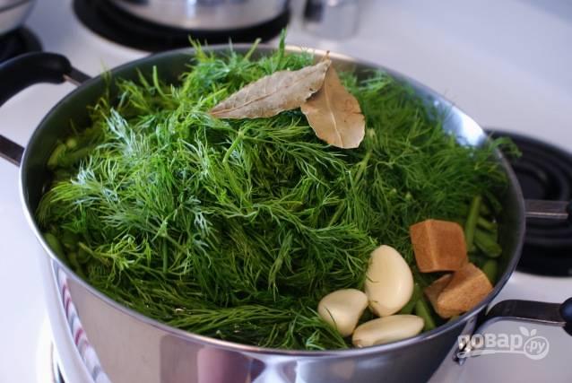 Фасоль, укроп, бульонные кубики, чеснок, лавровый лист и соль залейте водой для супа. Варите всё вместе в течение 3-х часов.