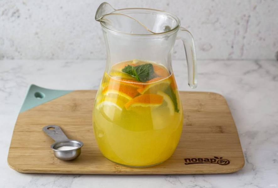 Добавьте нарезанные апельсин и лимон, пару листиков мяты и подсластитель. Дайте настояться напитку полчаса.
