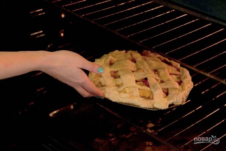 Пеките пирог 10 минут, затем убавьте температуру до 160 градусов и готовьте еще 25-30 минут.
