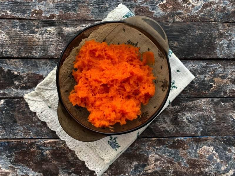 Отварную морковь натрите на мелкой терке.