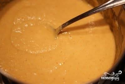 В полученную массу добавляем муку, сахар и манную крупу. Перемешиваем. Если нужно добавляем немного воды, чтоб тесто получилось по консистенции как густая сметана. В получившееся тесто добавляем корицу, ваниль, ложку оливкового масла, перемешиваем и добавляем половину чайной ложки соды, погасив её винным уксусом или лимонным соком.