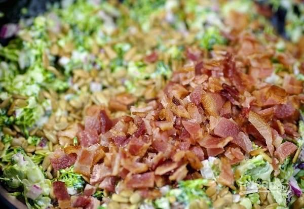 10. Осталось добавить нарезанный бекон, еще раз перемешать — и блюдо можно подавать к столу.  Приятного аппетита!