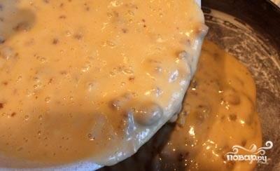 Смазываем форму для выпечки сливочным маслом, посыпаем бортики и дно мукой и выкладываем в нее тесто. Выпекаем в нагретой до 180 градусов духовке примерно минут 35-40. Готовность проверяем деревянной палочкой. Если при протыкании бисквита палочка остаётся сухой - он готов.