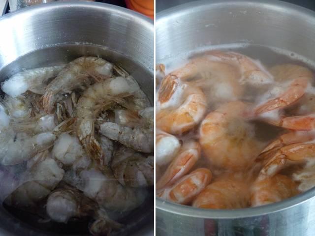 В подсоленной воде отварите креветки. Просто доведите до кипения, слейте кипяток, окатите холодной водой креветки, чтобы прекратить процесс приготовления.