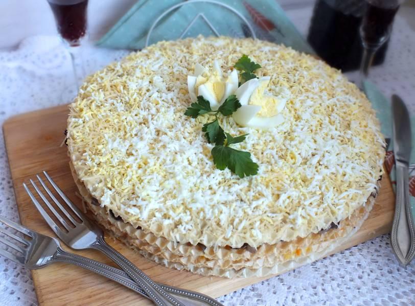 Вафельный торт с грибами и селедкой