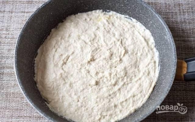 2.Добавьте соль, сахар, сухие (обязательно – мгновенные!) дрожжи и все хорошо смешайте. Затем добавьте теплую воду, оливковое масло и замесите тесто ложкой или руками, прямо в сковороде. Тесто будет липким, разровняйте его столовой ложкой.