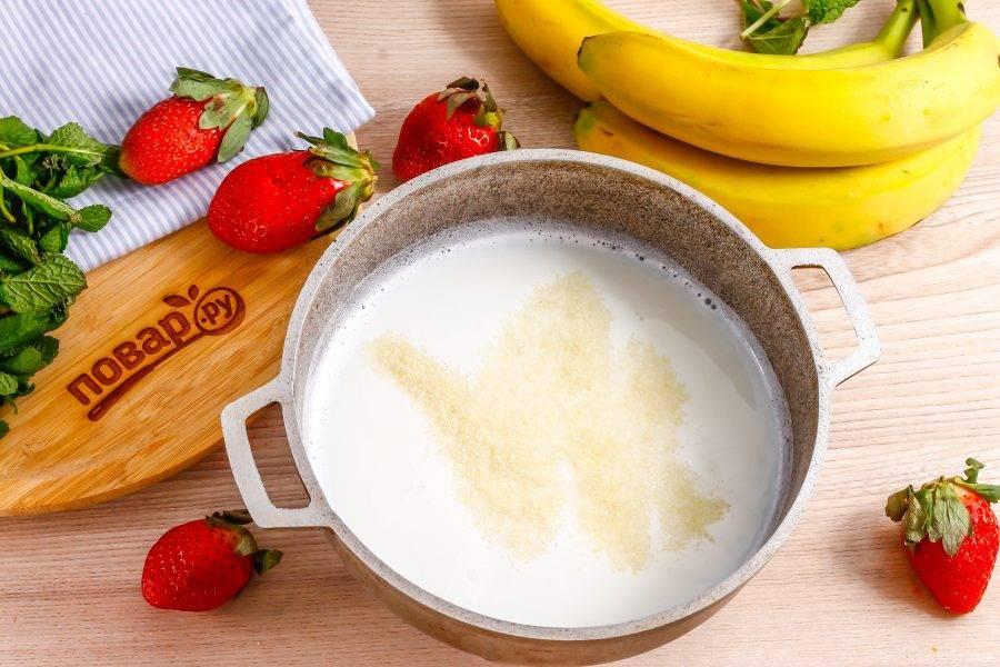В чуть остывшие сливки всыпьте желатин и оставьте на 5 минут для того, чтобы он разбух. Затем вмешайте его в жидкость до полного растворения.