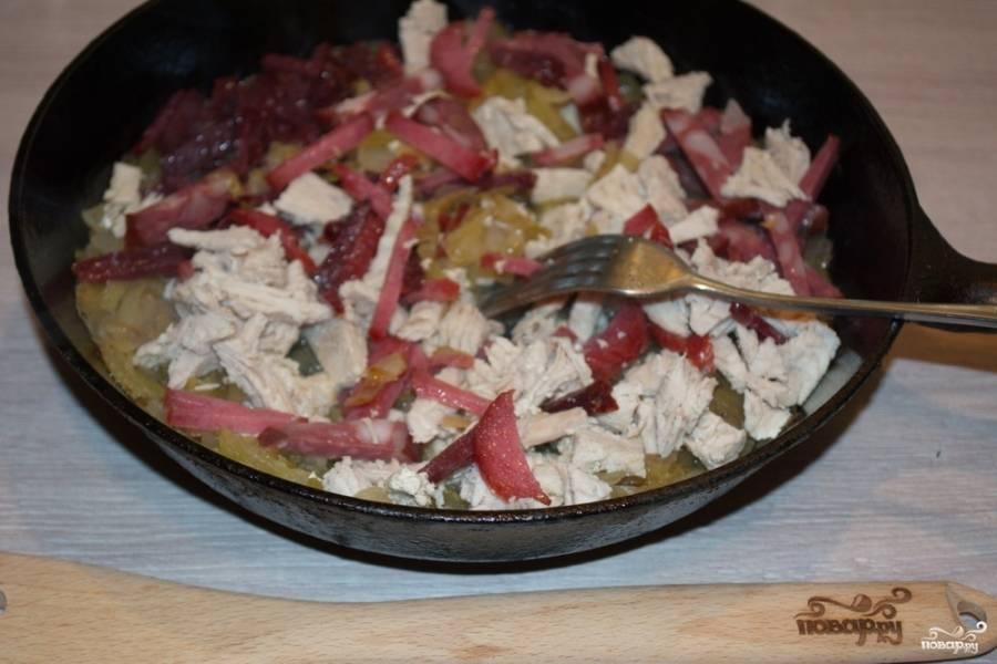 Когда в сковороде выкипит вся жидкость, добавьте в сковороду нарезанное мясо и колбасные изделия. Перемешайте и около 3 минут обжаривайте их на небольшом огне.