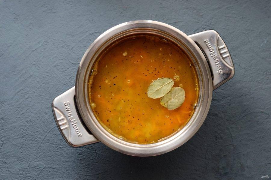 Добавьте чечевицу, лавровый лист и 1 литр воды. Варите суп на медленном огне 10 минут.