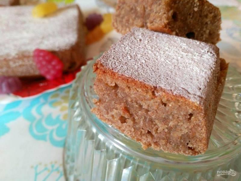 Время приготовления постного пирога из каркаде составляет примерно 40-45 минут. Разрежьте пирог на порционные кусочки и подавайте после полного остывания. По желанию готовый пирог можно посыпать сахарной пудрой.