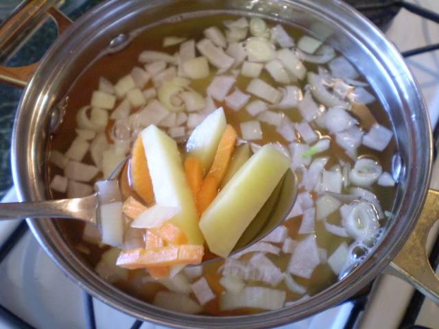 4. В кипящую соленую воду выкладываем овощи и варим 20 минут.