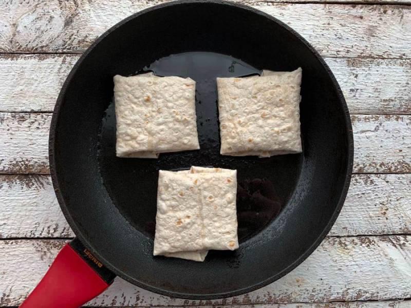 На разогретой сковороде с растительным маслом обжарьте лаваш в течение 1-2 минут с каждой стороны.