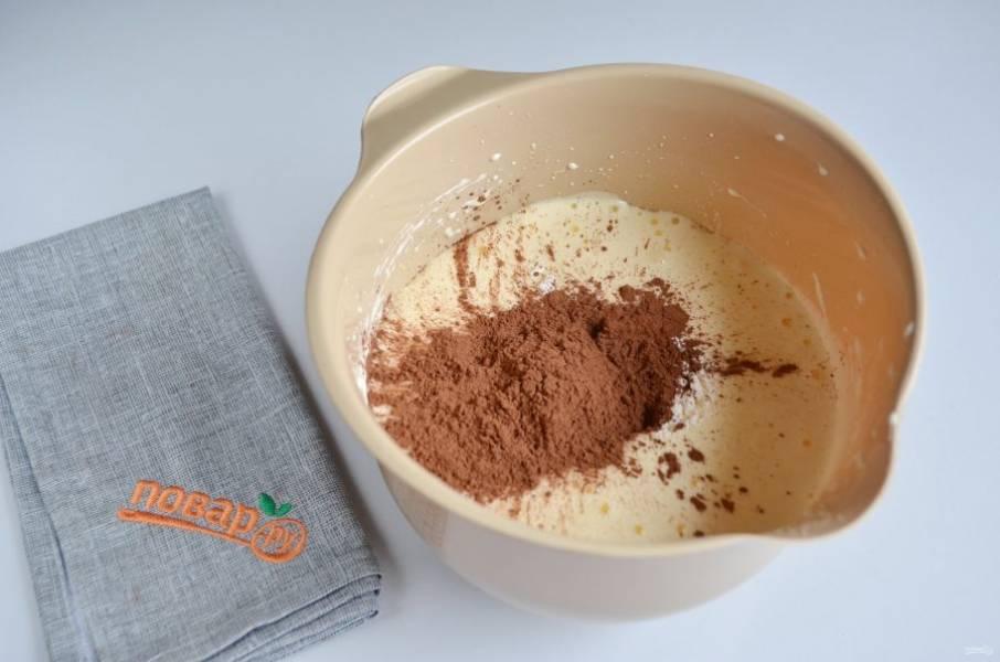 4. Добавьте муку и 2 ст. л. какао. Перемешайте миксером на небольших оборотах тесто. Можно добавить ванилин.