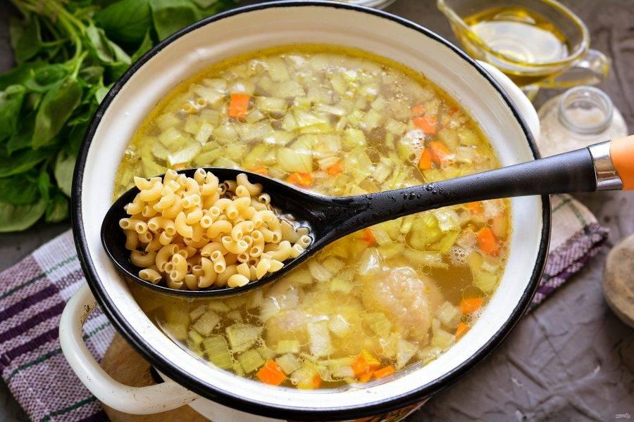 Когда картофель станет почти готовым, всыпьте макароны и перемешайте. Варите суп еще 5 минут. Можно использовать небольшие рожки или тонкую вермишель. Мелкие макароны очень любят как взрослые, так и детки, особенно в супе.