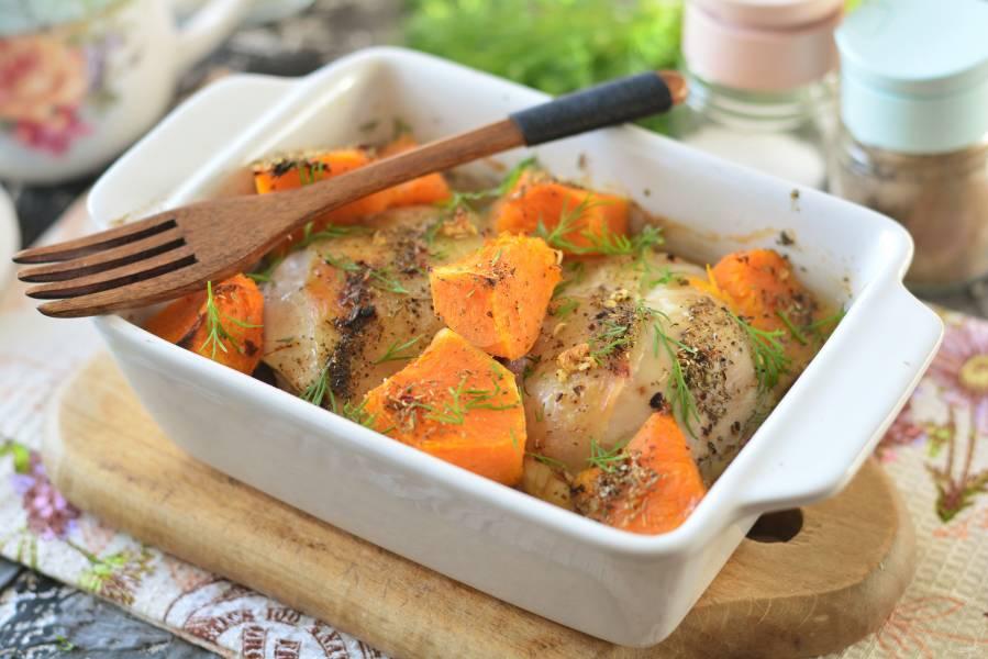 Куриные бедра с тыквой в духовке