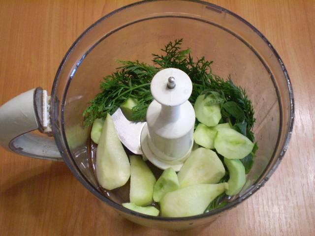 Складываем в чашу все ингредиенты, наливаем воду.