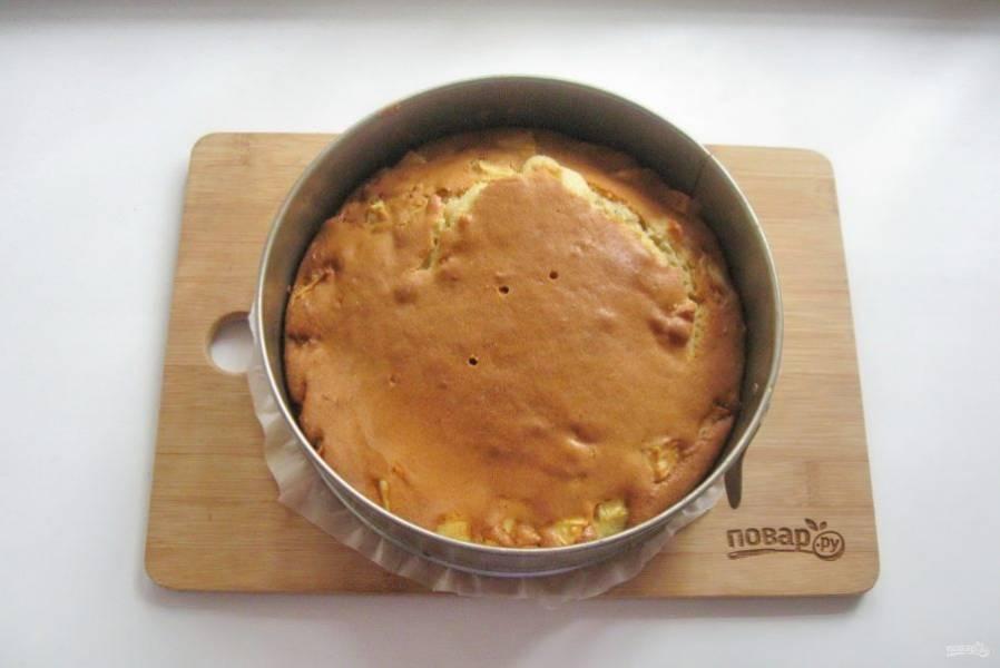 Выпекайте пирог при температуре 175-180 градусов 35-40 минут. Готовность проверяйте сухой палочкой.