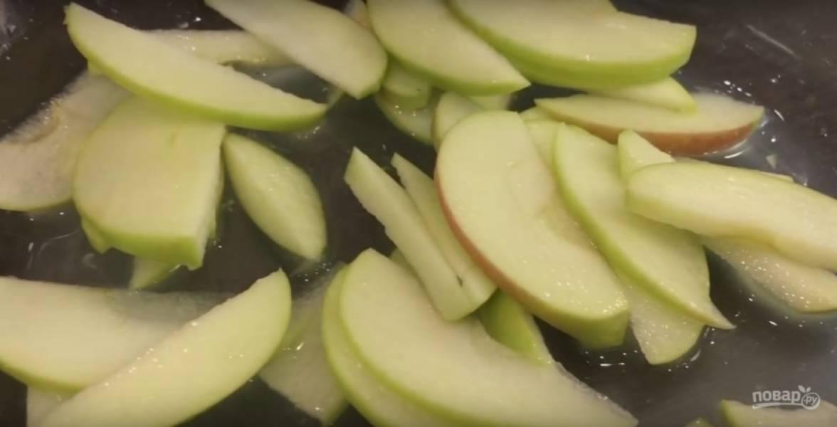 3. Большой лимон разрежьте на 2 части, выдавите из него сок. Яблоки разрежьте на 4 части, удалите сердцевину, нарежьте фрукт тонкими ломтиками. Соедините яблоки с лимонным соком.