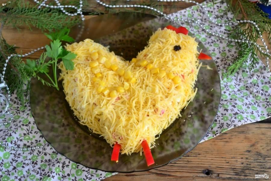 Из остатков кукурузы выложите крылышко, из помидора или сладкого красного перца сделайте клювик и гребешок. Глаз можно вырезать из чернослива или маслины. Салат «Петушок» с крабовыми палочками готов. Кушайте с удовольствием!