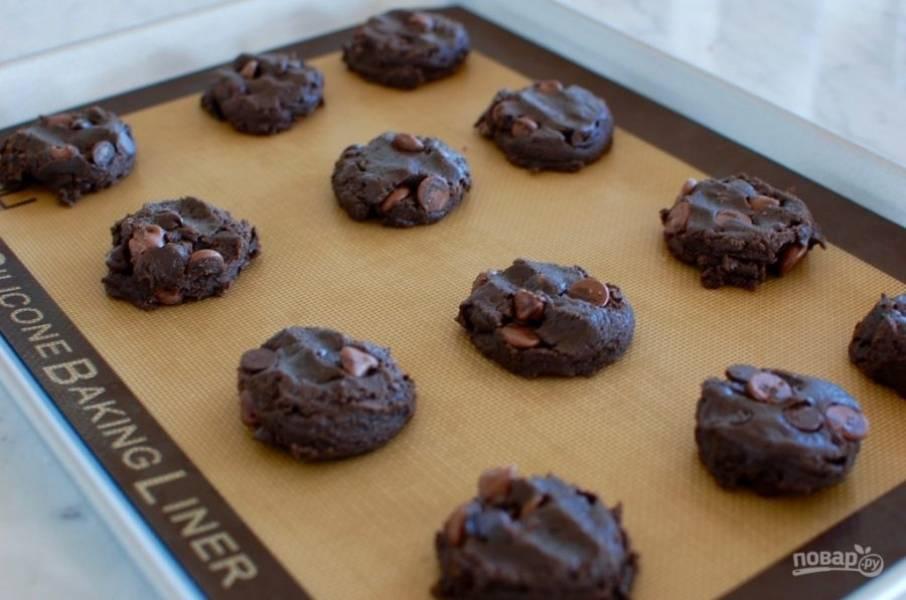 6.Руками или ложкой сформируйте печенье небольшой формы и выложите на противень.