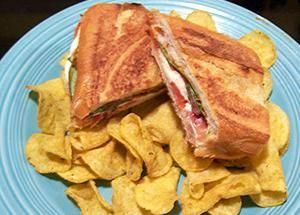 Переверните бутерброд и снова прижмите его кирпичом. Прожаривайте ещё 3 минуты. Блюдо готово. Приятного аппетита!