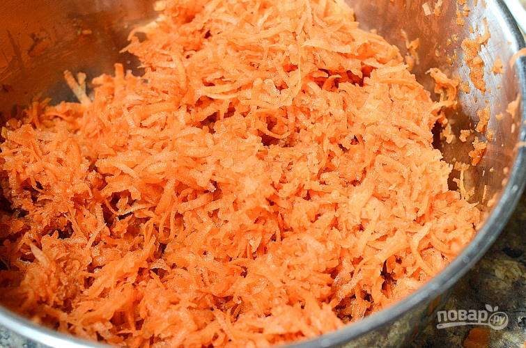 1. Натрите на мелкой тёрке очищенную морковь.