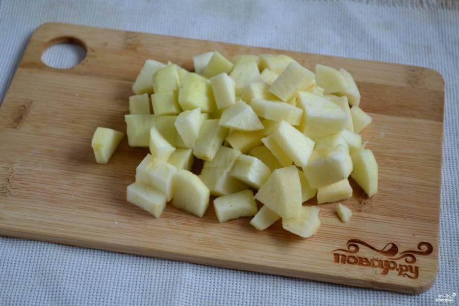 Яблоко очистите и порежьте кубиками.